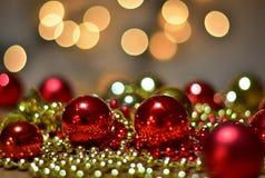 红色和金黄圣诞节球或圣诞节装饰 图库摄影