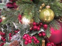 红色和金黄球、莓果、叶子和其他五颜六色的装饰在圣诞树 库存图片