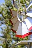 红色和银色风车 免版税库存图片