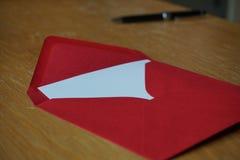 红色和银(珠色)信封小包  免版税图库摄影
