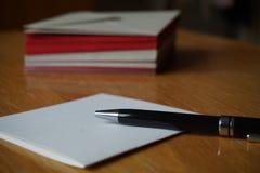 红色和银(珠色)信封小包  免版税库存图片