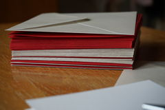 红色和银(珠色)信封小包  库存图片