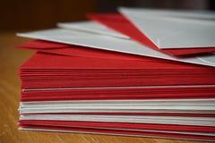 红色和银(珠色)信封小包  免版税库存照片