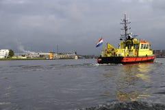 红色和黄色拖网渔船在阿姆斯特丹 免版税库存图片