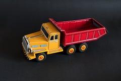 红色和黄色玩具卡车 免版税库存图片