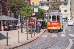 红色和黄色电车乘驾在里斯本 免版税库存照片