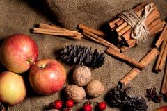 红色和黄色苹果,在麻袋布背景的桂香 库存照片