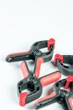 红色和黑人塑料木匠捏有拷贝空间的工具在白色背景 库存照片