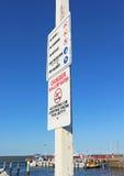 红色和黑危险浅水区警报信号 图库摄影