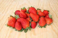 红色和水多的草莓 库存照片