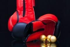 红色和黑拳击手套和圣诞节装饰 库存照片