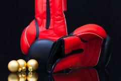 红色和黑拳击手套和圣诞节装饰 库存图片