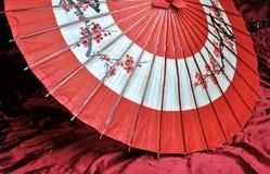 红色和黑日本伞 免版税库存图片