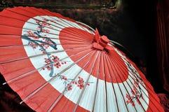 红色和黑日本伞 免版税库存照片