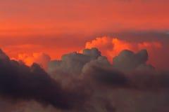 红色和黑暗的云彩 库存照片