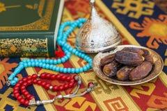 红色和绿松石念珠、日期和qur的` 免版税库存照片