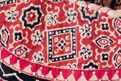 红色和黑纺织品问题纹理  库存照片