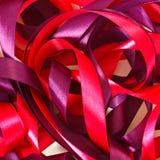 红色和紫罗兰色丝带 免版税库存图片