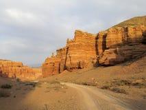 红色和黄色不用灰泥只用石块构造的峡谷 库存照片