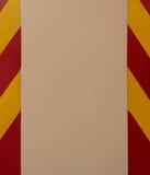 红色和黄色小条在停车场交易在具体专栏的改道标志 免版税库存图片