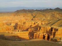 红色和黄色干燥峡谷 免版税库存图片