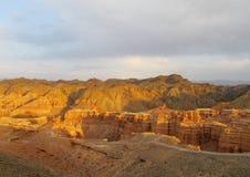 红色和黄色干燥峡谷 库存照片