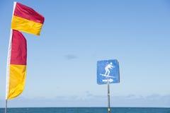 红色和黄色救生下垂冲浪的海滩 免版税图库摄影