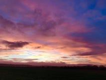 红色和紫色日落风景 免版税库存图片