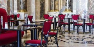 红色和黑色的维也纳咖啡馆 免版税库存图片