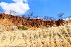 红色和黄色石头被腐蚀的风景  免版税库存照片