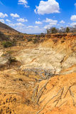 红色和黄色石头被腐蚀的风景  免版税库存图片