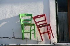 红色和绿色葡萄酒木椅子 免版税库存照片
