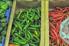 红色和绿色辣椒在商店 库存图片