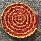 红色和黄色钩针编织螺旋 免版税库存图片