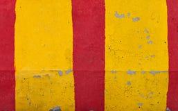 红色和黄色镶边路障碍纹理 免版税图库摄影