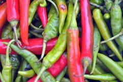 红色和绿色chilis 免版税库存照片