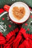 红色咖啡和心脏仿造了被包裹的绿色围巾 库存照片