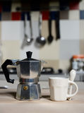 红色咖啡杯和葡萄酒咖啡壶在厨灶 免版税库存照片