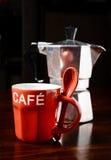 红色咖啡杯和葡萄酒咖啡壶在黑暗的木桌上 库存照片