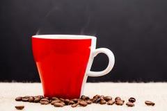 红色咖啡用咖啡豆 免版税库存图片