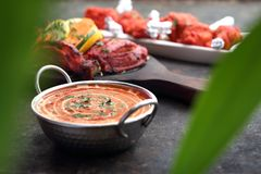 红色咖喱、芳香咖喱用芒果和蕃茄 传统亚洲烹调 图库摄影