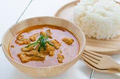 红色咖喱用猪肉和米泰国食物命名Panaeng在盘和在木 免版税库存照片