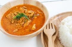 红色咖喱用猪肉和米泰国食物命名Panaeng在盘和在木 库存图片