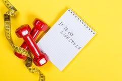 红色哑铃和测量的磁带和文本-它是我的在纸的lifeslyle- 概念健康生活方式 库存图片