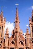 红色哥特式教会 库存图片