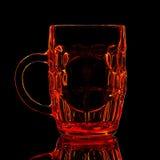 红色啤酒杯剪影与裁减路线的在黑背景 库存照片