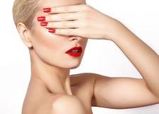 红色嘴唇和明亮的被修剪的钉子 性感的开放嘴 美好的修指甲和构成 Celebrate组成并且清洗皮肤 免版税库存图片