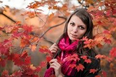 红色围巾和接近的眼睛特写镜头的女孩 免版税库存照片
