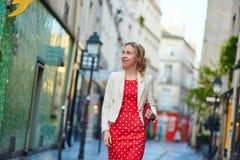 红色圆点礼服的美丽的少妇 免版税库存照片