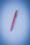 红色圆珠笔垂直的版本办公室概念 图库摄影